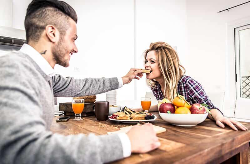 זוג אוכלים ארוחת בוקר