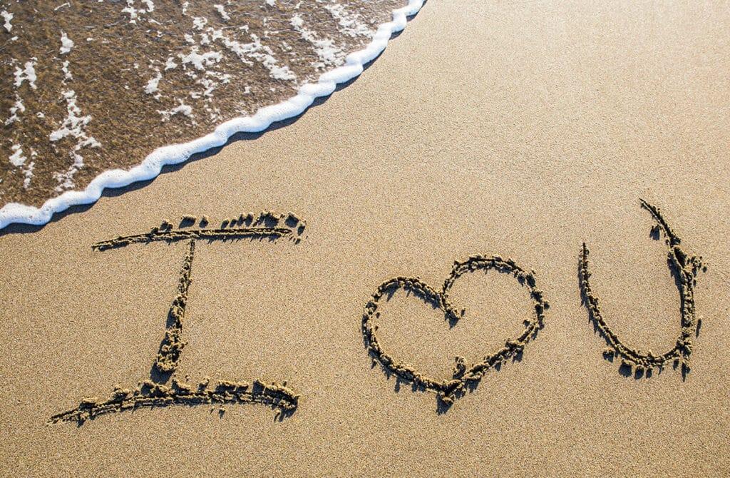 אני אוהב אותך על חוף הים