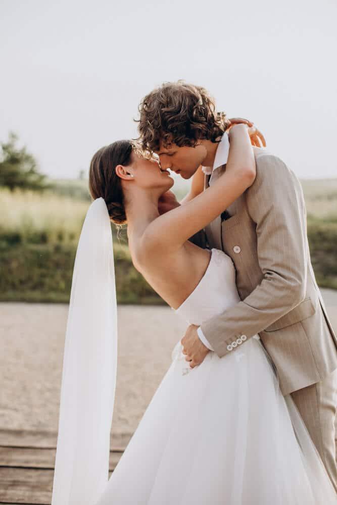חתן וכלה מתנשקים